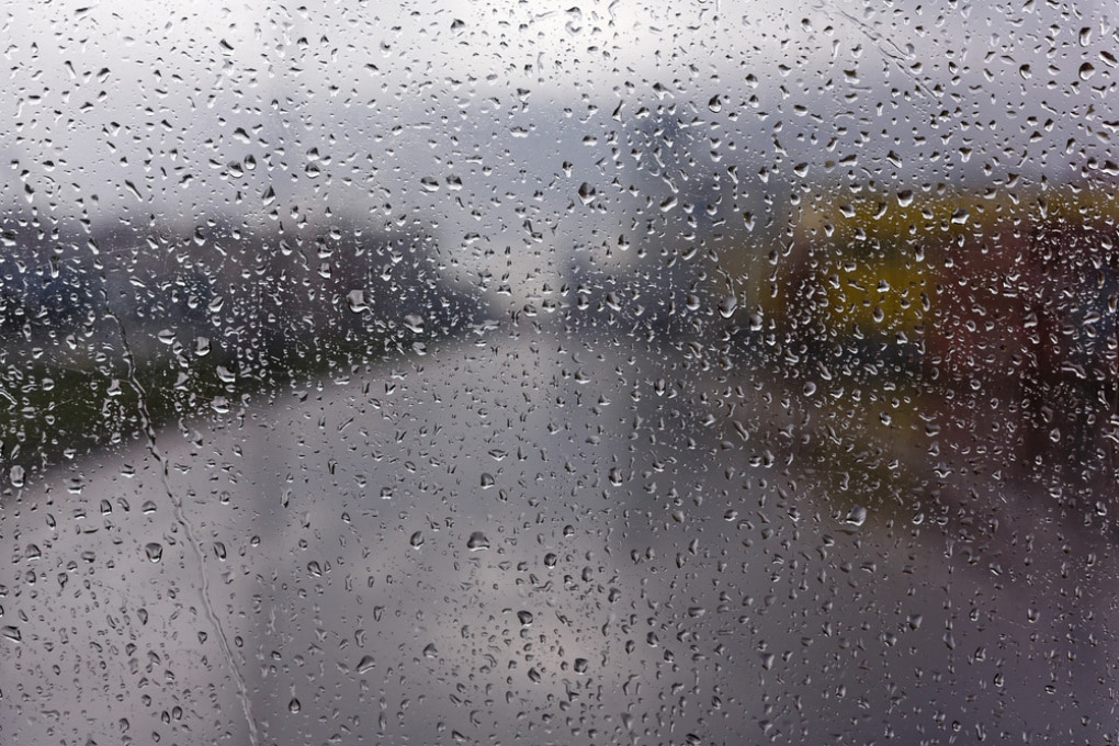 Il rimedio contro l'appannamento del vetro in auto? Un calzino con la sabbietta