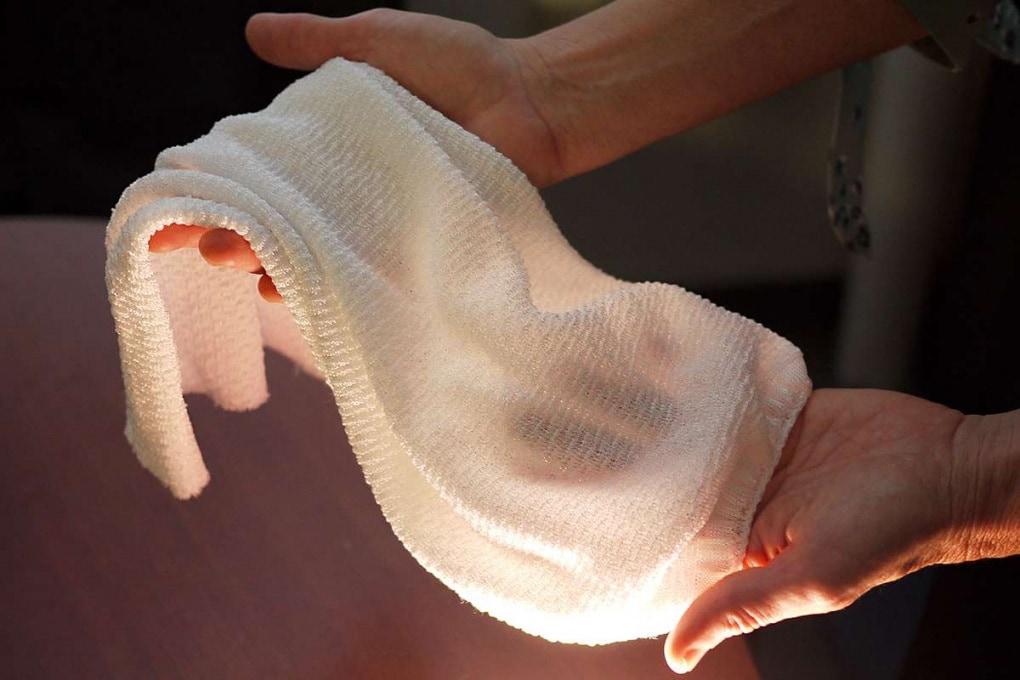 Un tessuto intelligente che trattiene o disperde il calore del corpo a seconda del clima